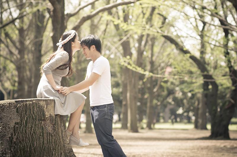 自然体の2人を婚約の記念に! 「エンゲージメントフォト」って?