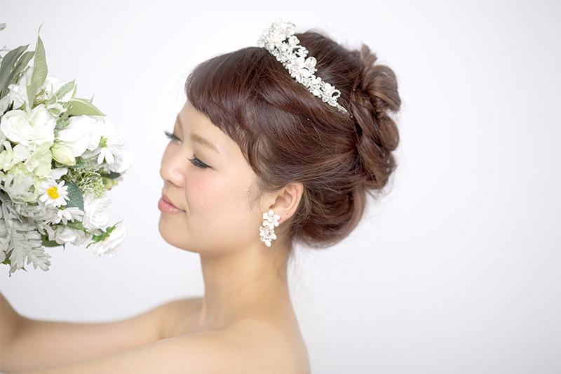 ウェディングフォトに映える! 花嫁ヘアにぴったりのヘアアクセ4選