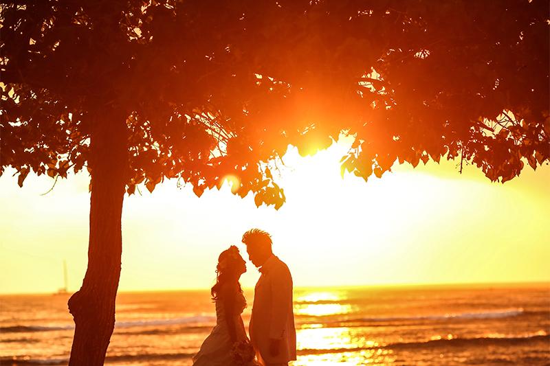 """最高にロマンチックな瞬間を切り取る""""夕日""""のウェディングフォト"""