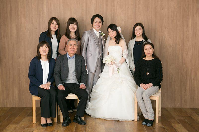新郎新婦と家族写真