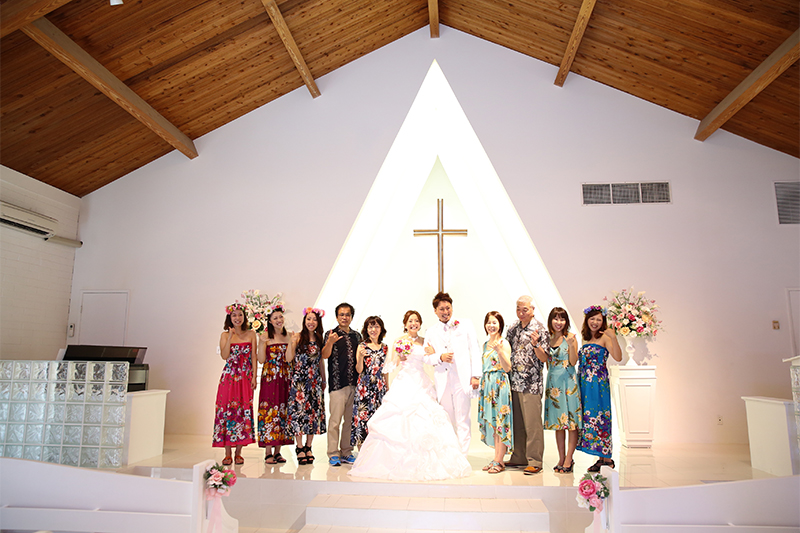 教会で新郎新婦と家族写真