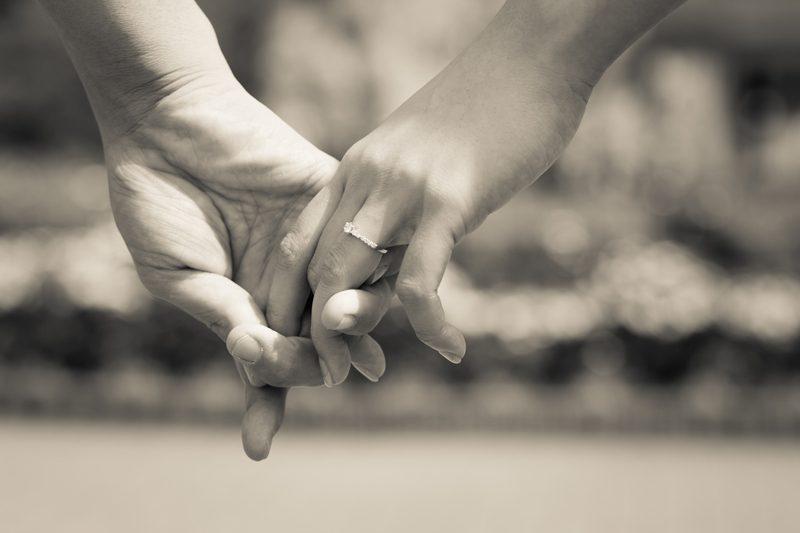 花嫁の宝物「婚約指輪」を使ったウェディングフォト撮影のアイディア