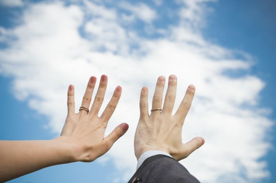 結婚式のフォト前撮りに取り入れたい! 「指輪」を使ったポーズ5選